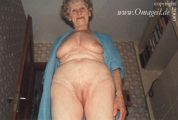 Пожилая дама имеет очень жирную жопу которая обтягивается колготками. &quo